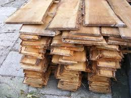 Gezaagde planken met schors